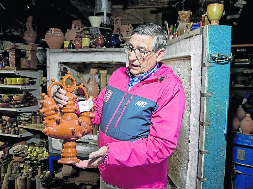 El alfarero Manuel Gil, con una de sus piezas