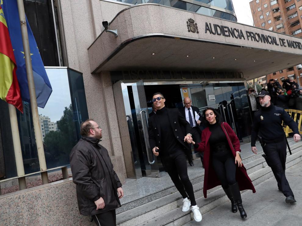 Cristiano Ronaldo y su pareja, Georgina Rodríguez, a su salida de la Audiencia Provincial de Madrid