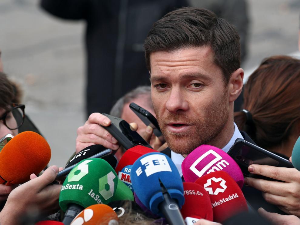 Xabi Alonso atendiendo a los medios tras el juicio.