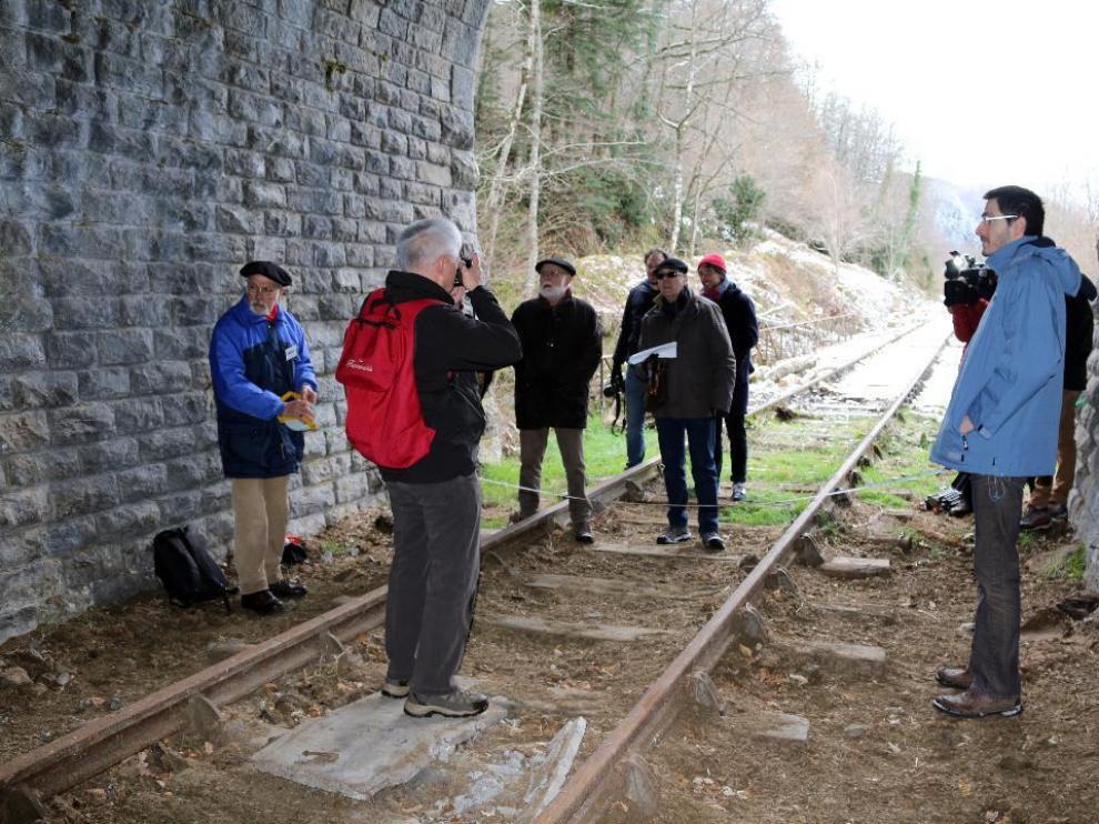 Visita de los dos delegados del Gobierno con periodistas y del Creloc en el túnel helicoidal del tren del Canfranc en la parte francesa.
