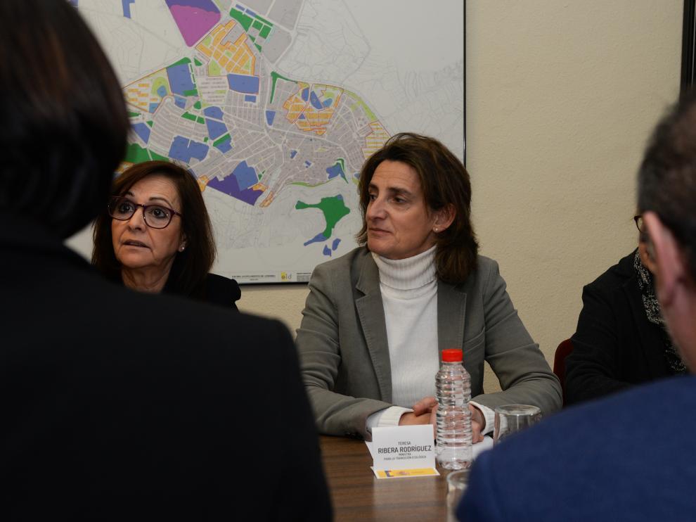 La ministra Teresa Ribera durante la reunión mantenida en Andorra con Javier Lambán, los alcaldes de la zona, representantes sindicales y empresarios.