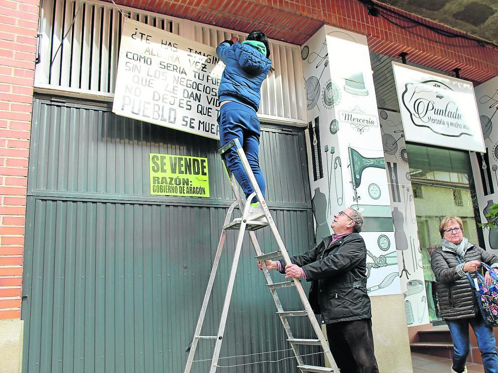 Vecinos y comerciantes colocan carteles de 'Se vende' en sus casas y negocios para recibir a la ministra.
