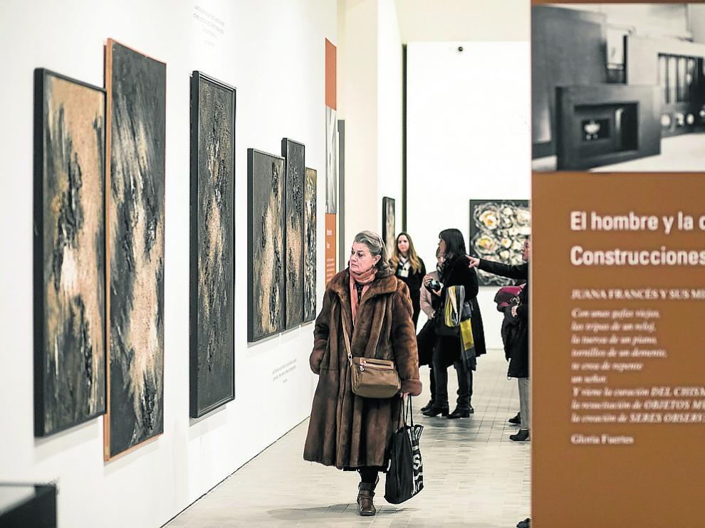 Visitantes recorren uno de los espacios de la retrospectiva de Juana Francés