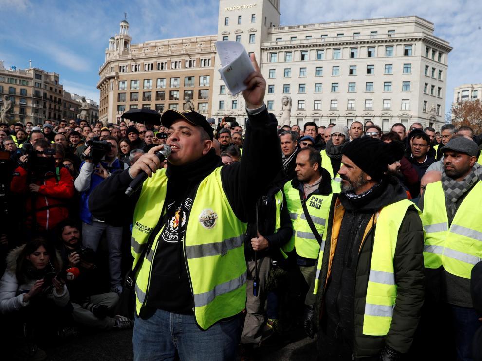 El portavoz de Élite Taxi, Alberto Álvarez, durante la asamblea celebrada en la plaza de Cataluña.