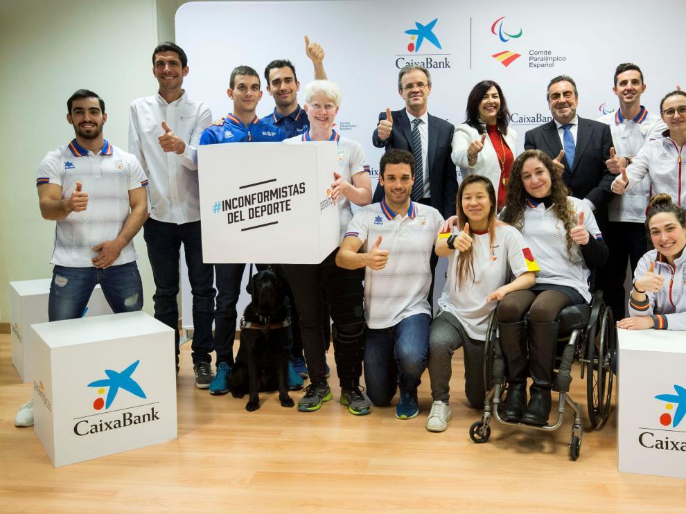 Deportistas en la firma del acuerdo en el CSD, con la paralímpica zaragozana María Delgado (arriba, tercera a la derecha)