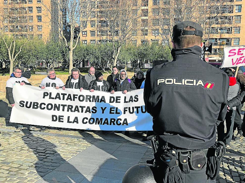 Protesta enfrente de la Aljafería de los vecinos de Andorra.