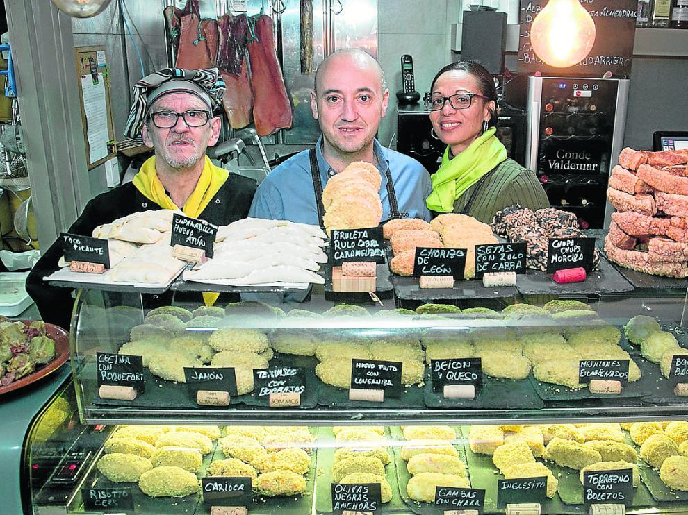 Francisco Huerta, Mario Cabretti y Anarely Mercado, en la barra de la taberna El Truco.