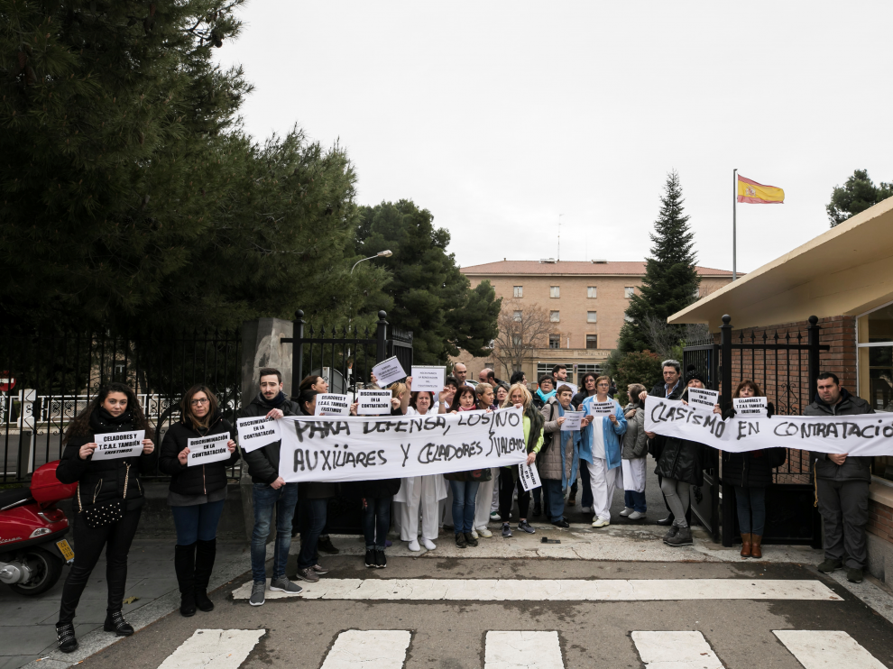 Los trabajadores protestaron ante la puerta del Militar.