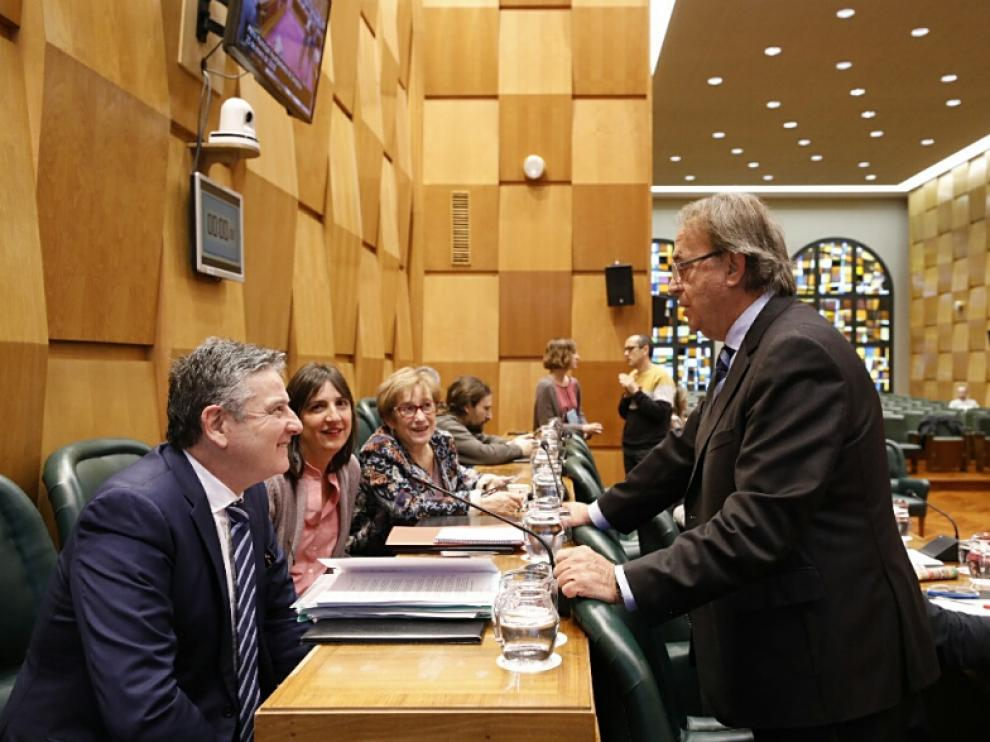 Los concejales del PSOE, este viernes, en el pleno del Ayuntamiento de Zaragoza. En primer plano, Javier Trívez y el portavoz, Carlos Pérez Anadón.
