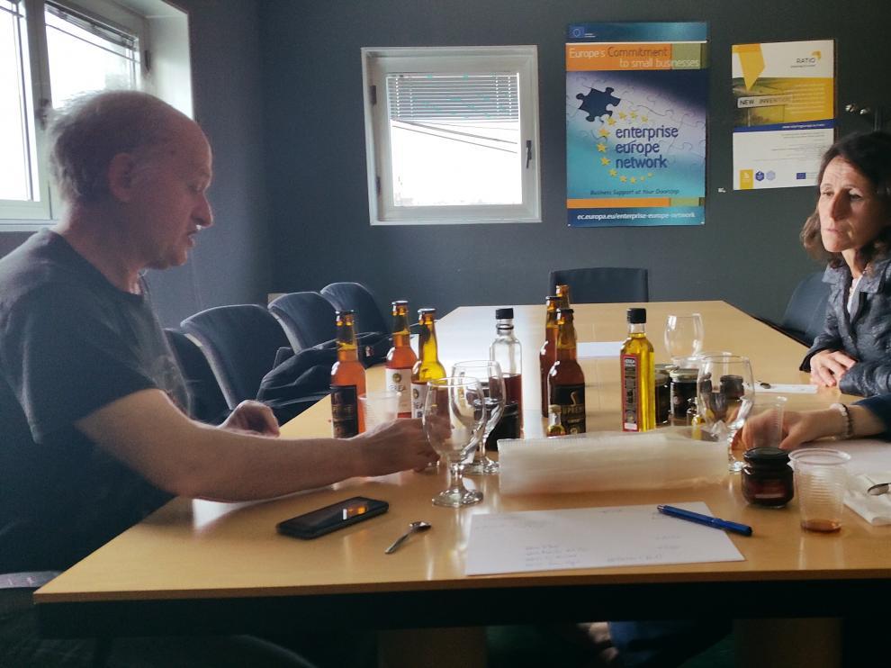 En la imagen, Chaime Blasco con algunas de las muestras de cerveza que elabora.