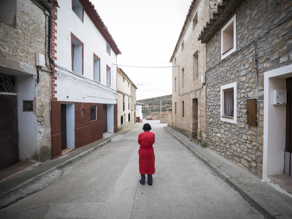 Una vecina de Alacón pasea por la calle San Roque.