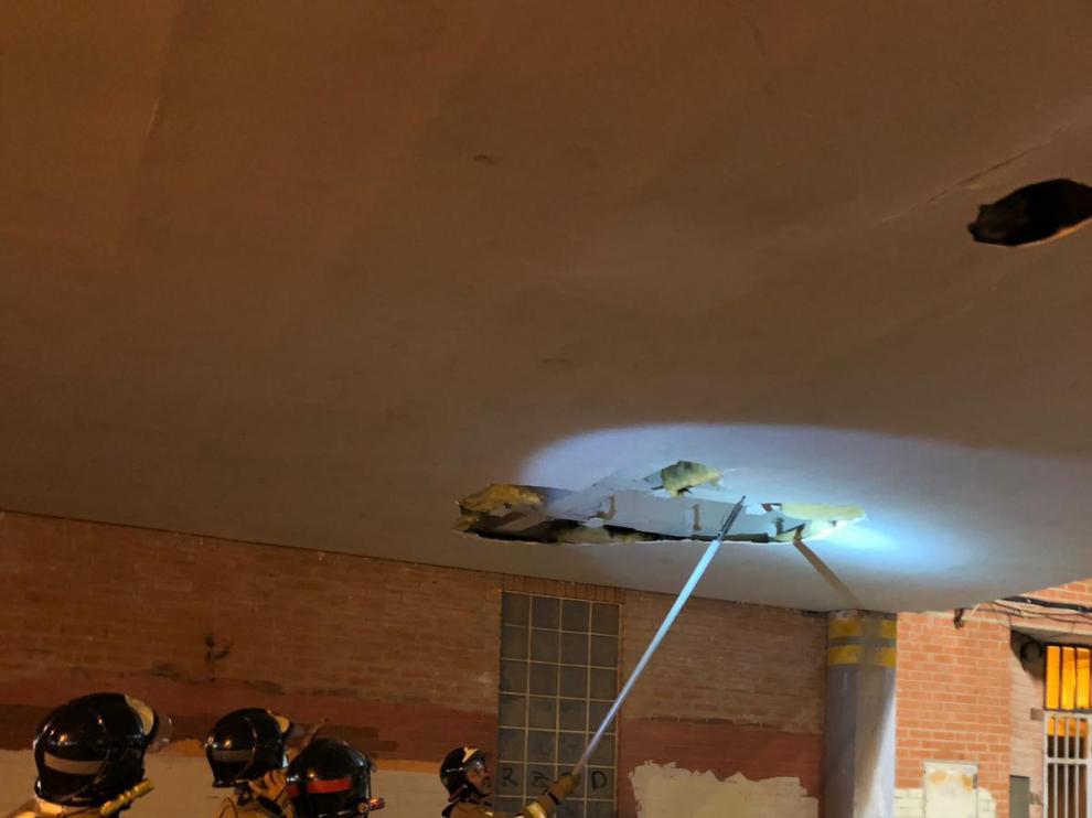 Los Bomberos de Zaragoza se han desplazado hasta el lugar para retirar los cascotes.