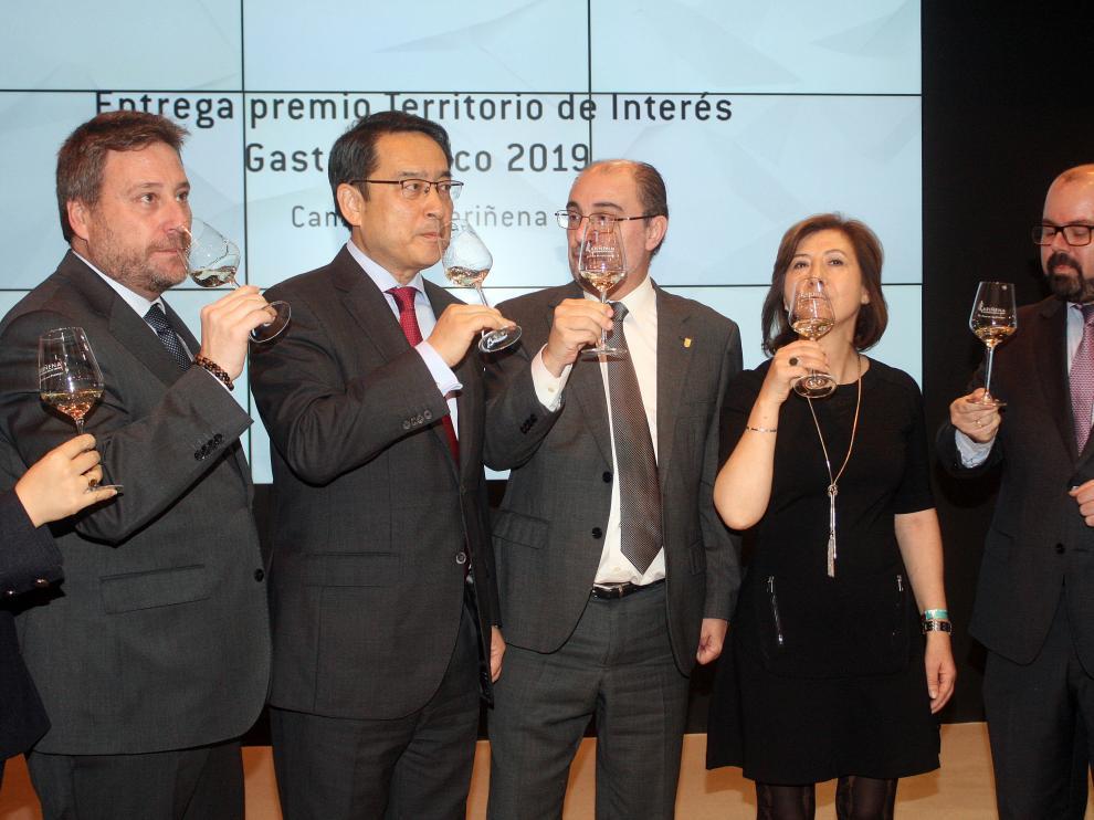 El embajador chino visita el estand de Aragón en Fitur