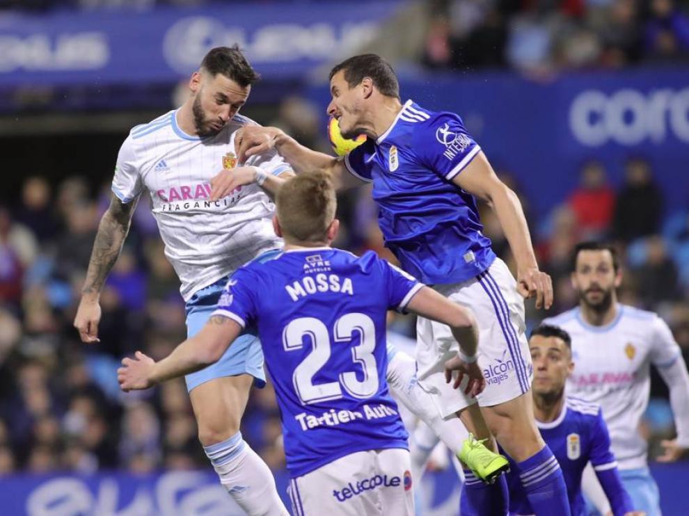 Álvaro, autor de los goles zaragocistas, en un salto de cabeza.