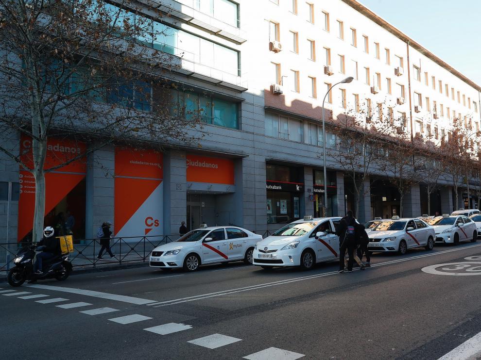 Caravana de taxis frente a la sede de Ciudadanos.