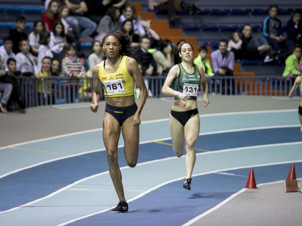 Salma Paralluelo, en primer plano, debutará en un campeonato de España absoluto de atletismo a los 15 años.