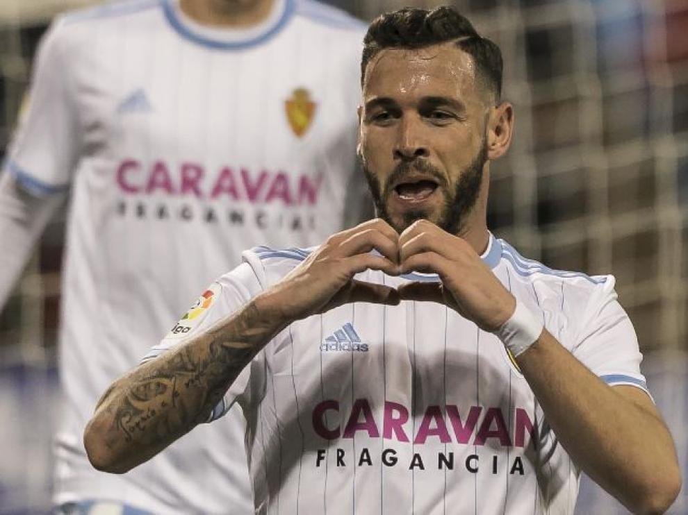 Álvaro Vázquez, en la celebración de uno de sus dos goles con el Real Zaragoza ante el Oviedo.