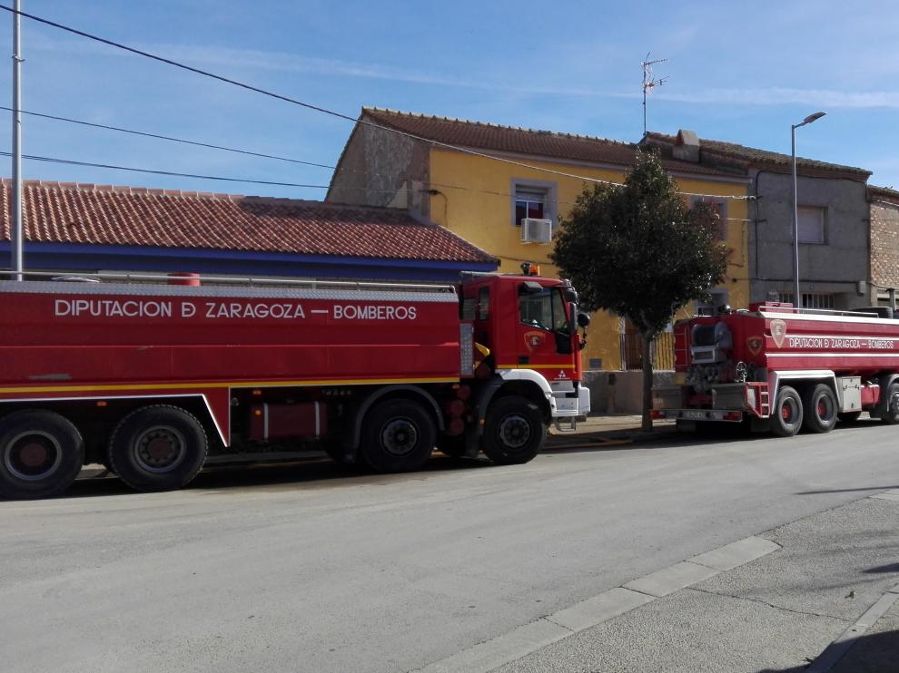 Camiones de bomberos de la DPZ, en Pastriz, donde inyectan agua a la red pública.