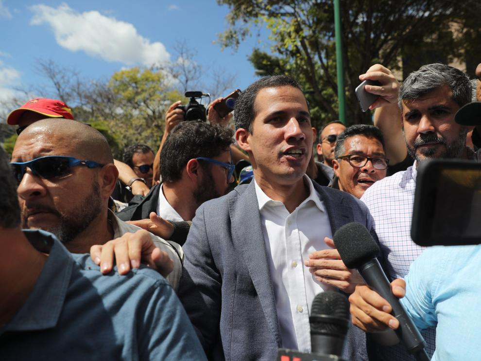 El presidente de la Asamblea Nacional de Venezuela, Juan Guaidó, saluda a sus simpatizantes durante un acto este sábado en Caracas.