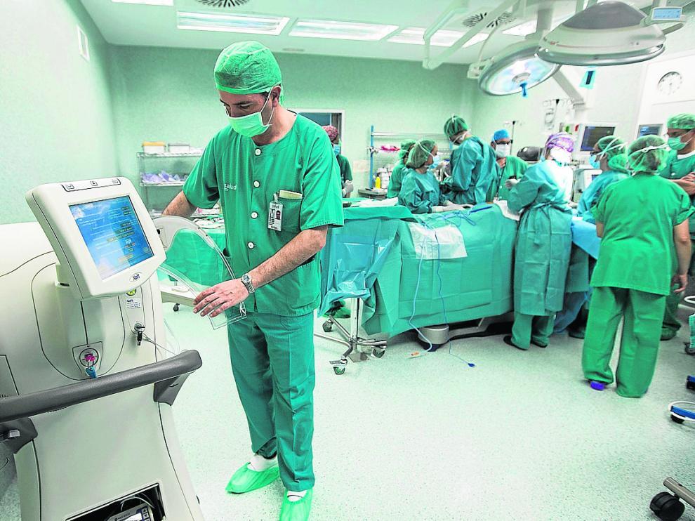 Momentos previos a una operación en un quirófano del hospital Miguel Servet.