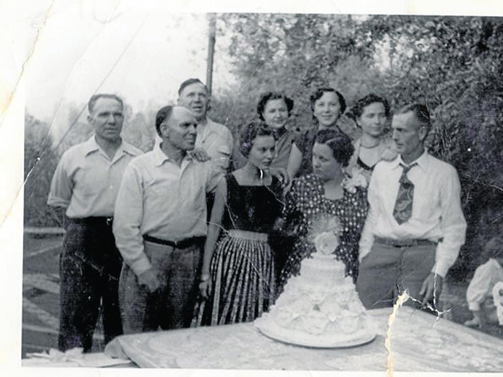 Los hermanos Vicente, Demetrio y Bernabé Mínguez, a la izquierda, con un grupo de familiares en Exeter (California).