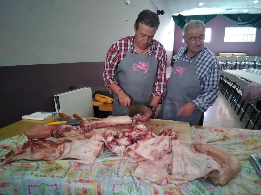 El despiece de la carne se ha realizado en el salón social.