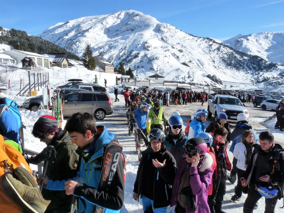 Esquiadores esperando en la fila para conseguir el forfait en Candanchú.