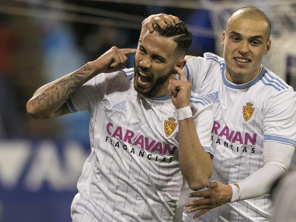 Álvaro Vázquez recibe la felicitación de Pombo nada más abrir el marcador