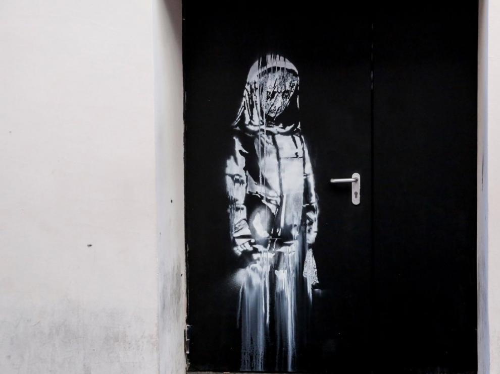 La obra de Bansky en una de las puertas de emergencia de la sala Bataclán en París.