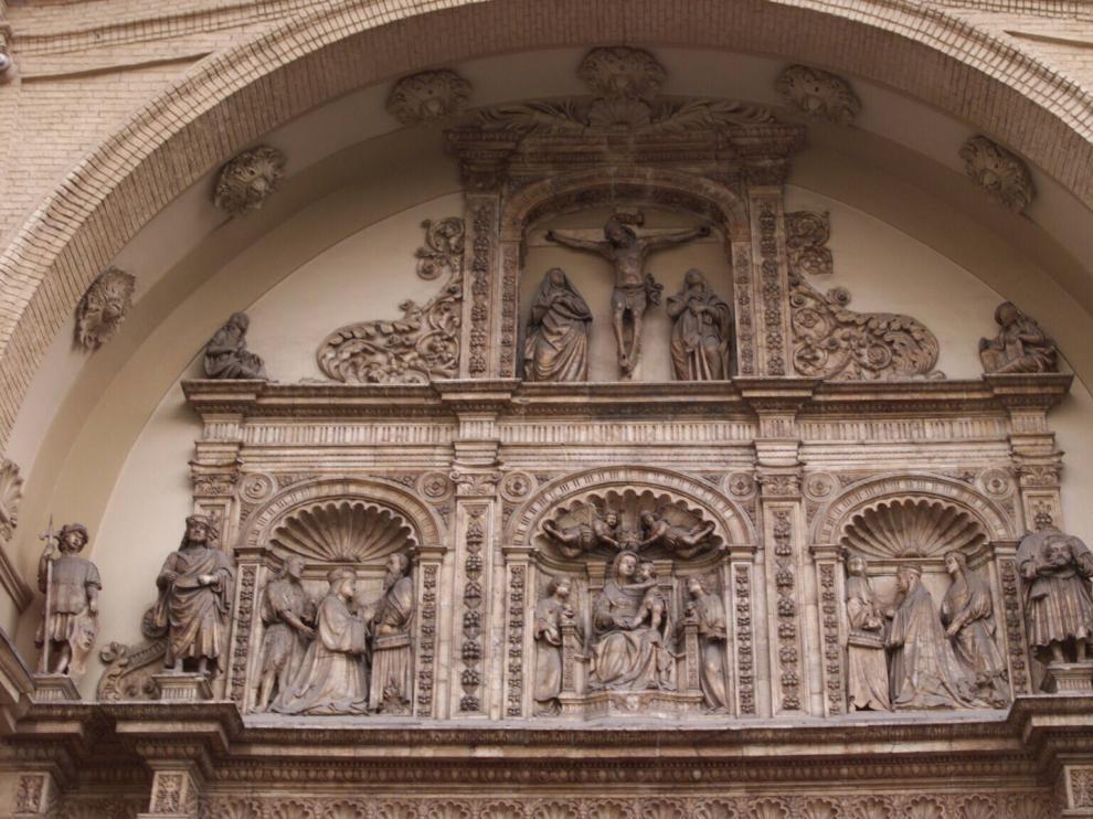San Lamberto, con su cabeza en la mano, aparece en la fachada de la iglesia de Santa Engracia.