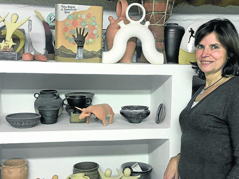 La presidenta de Cerámicas El Cierzo, Pilar Sagaste, en su sede en Ejea de los Caballeros.