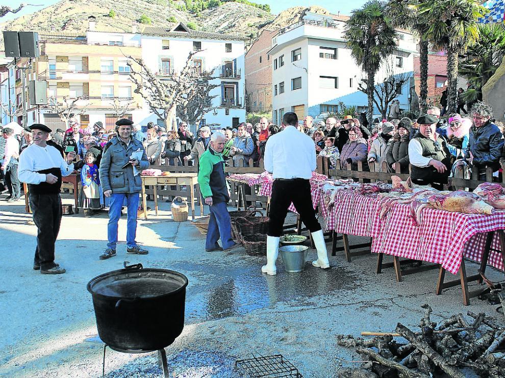 Visitantes y vecinos observaron el despiece del animal a la manera tradicional en Albelda.