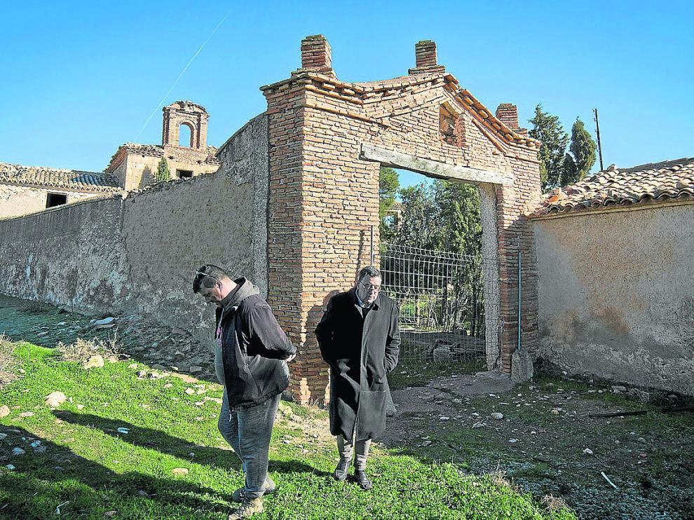 José Alfredo Polo –a la izquierda– y un visitante, frente a la entrada del complejo.