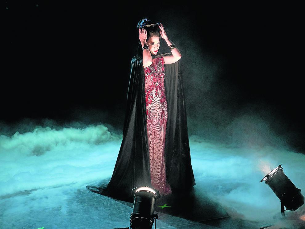 La cantante zaragozana Marta Heras, el sábado, en la apertura del espectáculo 'Music Has No Limits'.