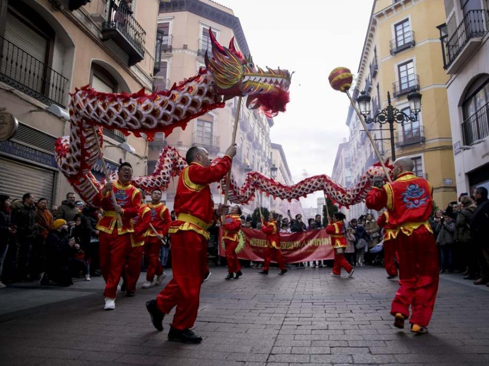 Un dragón gigante ha recorrido las calles de Zaragoza este domingo