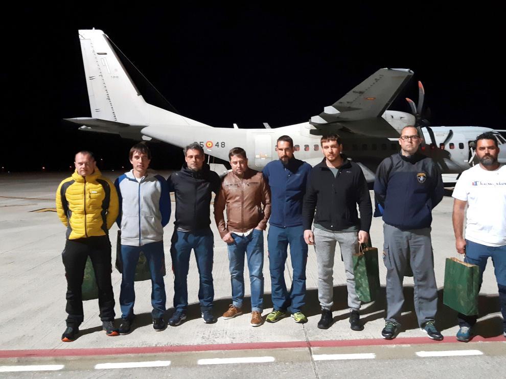 Los ocho integrantes de la Brigada de Salvamento Minero, en el momento de coger el avión en Málaga para regresar a Asturias