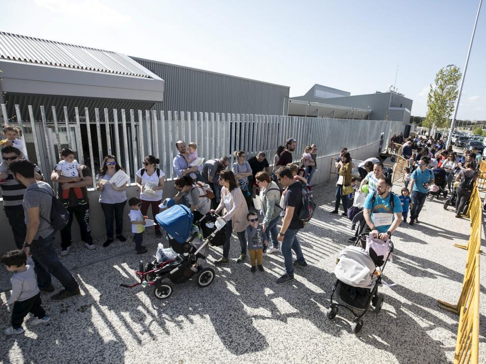 Una de las concentraciones de los padres y madres en a las puertas del colegio Parque Venecia.