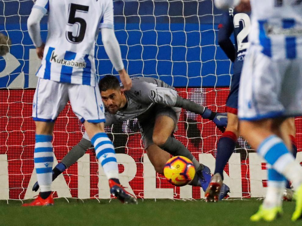 Roberto Santamaría trata de atajar un balón en Anoeta.