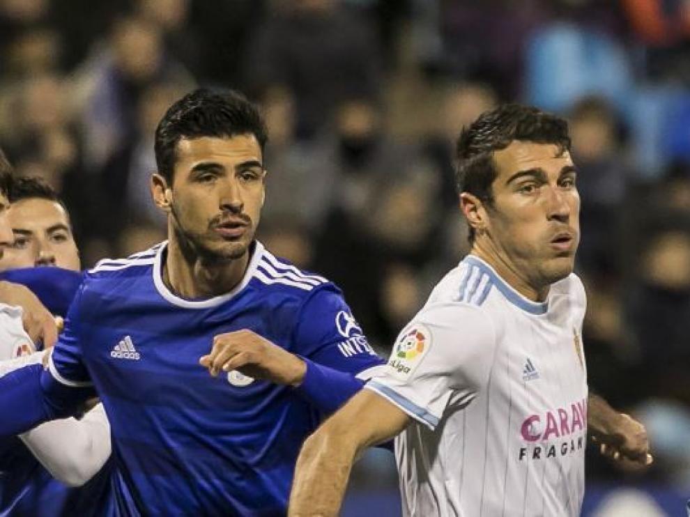 Zapater, este viernes en una acción defensiva ante el Oviedo.