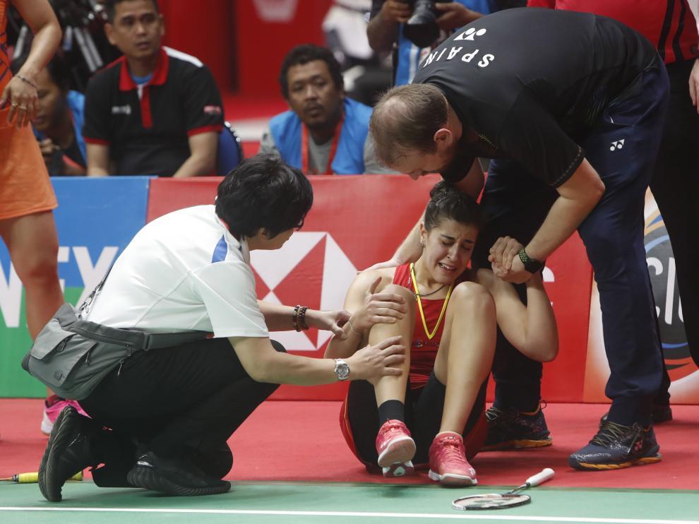 La lesión de Carolina Marín obligó el domingo a la española a retirarse durante la final del Masters de Indonesia.