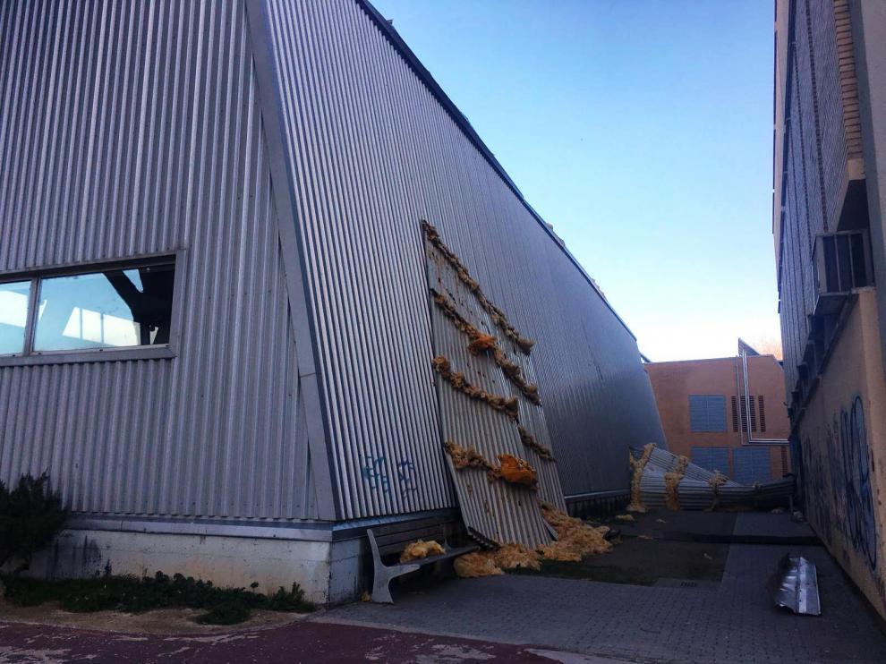 El revestimiento de chapa ha caído entre la piscina y el edificio de Telefónica.
