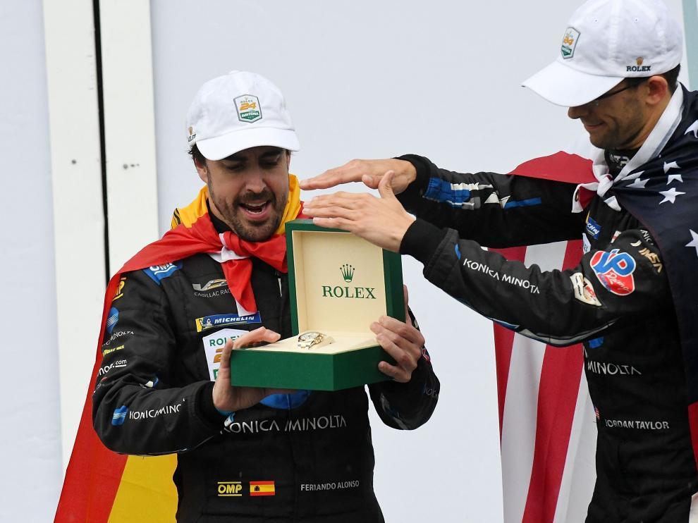 Alonso, con la bandera de España colgada a la espalda