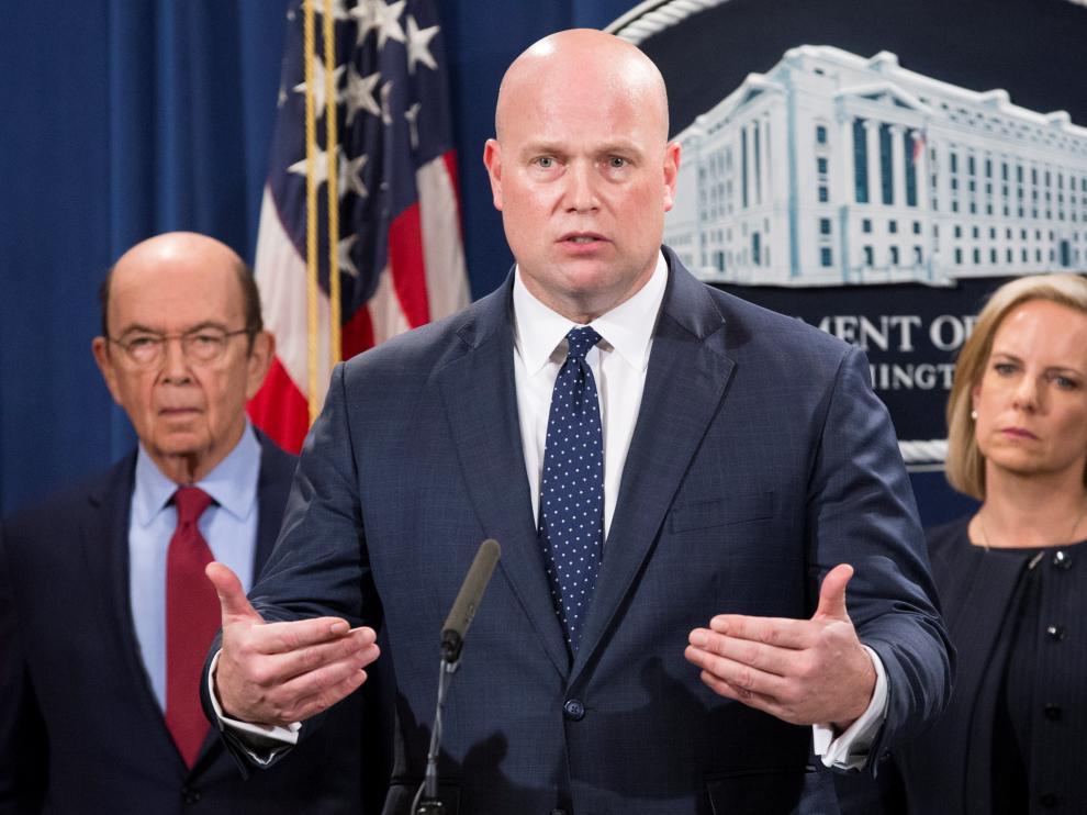 El fiscal general interino Matthew Whitaker habla junto al secretario de comercio, Wilbur Ross, y la secretaria general de seguridad de EE.UU., Kristjen Nielsen.