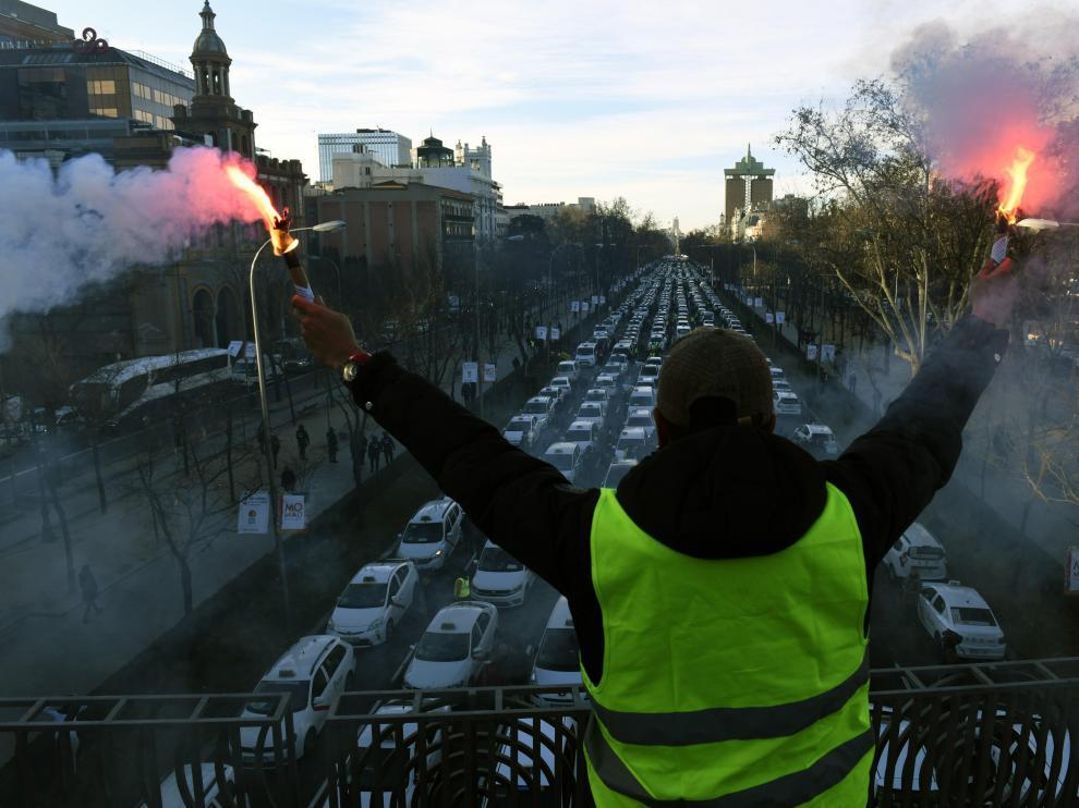 Los taxistas de Zaragoza no han llegado al Paseo de la Castellana, pero participarán en una manifestación la tarde de este lunes  en la Puerta del Sol.