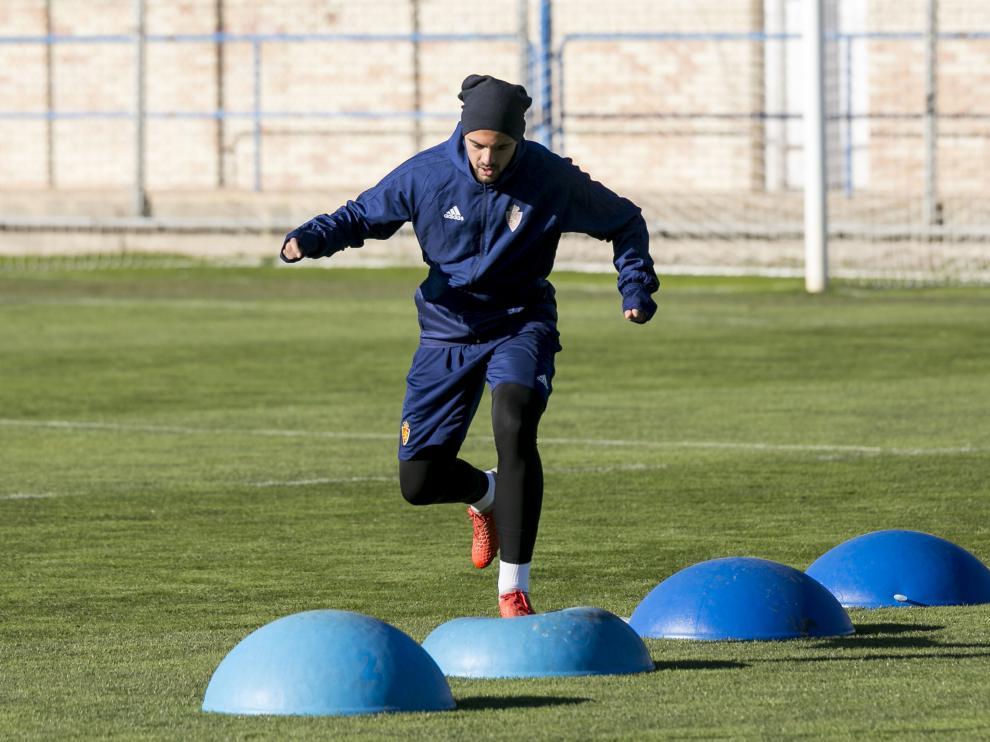 Diogo Verdasca trabaja en un ejercicio físico sobre el césped de la Ciudad Deportiva.