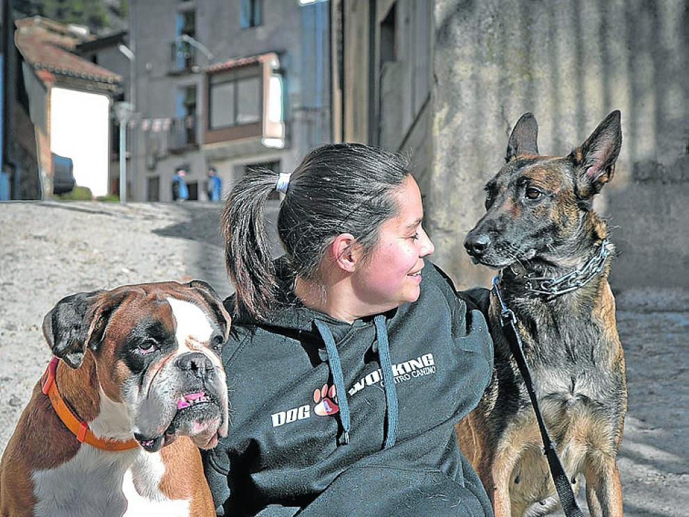 Una de las promotoras del proyecto, junto a dos perros.