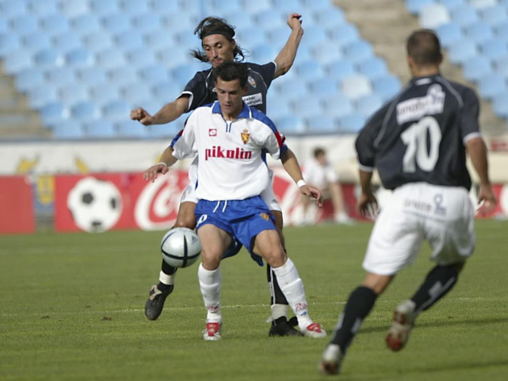 Linares, en su año en el filial del Zaragoza (2004-2005), en un partido contra el Castellón.