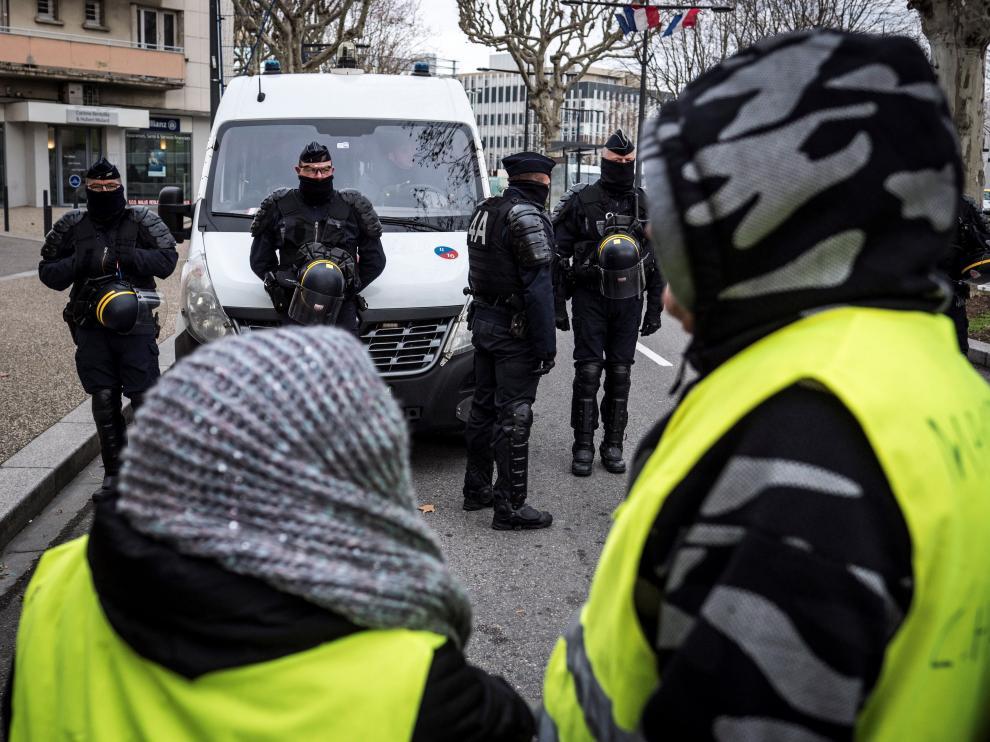 """Miembros del movimiento francés de los """"chalecos amarillos"""" en una manifestación el pasado jueves en Francia."""
