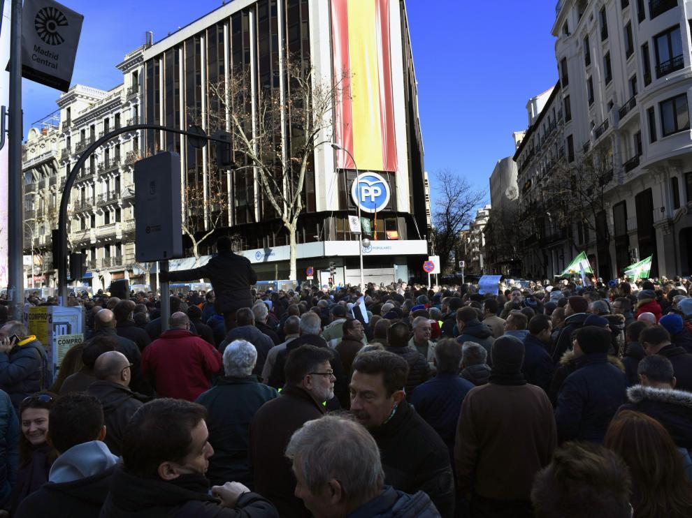 Los taxistas frente a la sede del PP en Madrid.