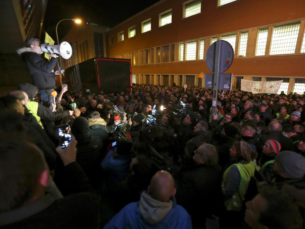 Los taxistas de Madrid llevan su protesta al Palacio de los Deportes.